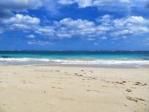 Belle plage sablonneuse avec le ciel de détail Photographie stock