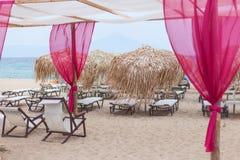 Belle plage sablonneuse avec un endroit pour la relaxation photo libre de droits