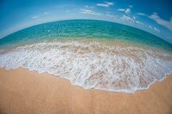 Belle plage sablonneuse dans un jour ensoleillé, paysage, déformation de fisheye photo libre de droits