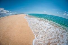Belle plage sablonneuse dans un jour ensoleillé, paysage, déformation de fisheye image stock