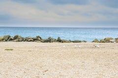 Belle plage sablonneuse jaune Photos stock
