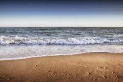 Belle plage sablonneuse jaune près de la mer bleue Image stock