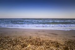Belle plage sablonneuse jaune près de la mer bleue Photographie stock