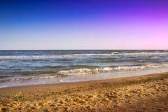 Belle plage sablonneuse jaune près de la mer bleue Photos libres de droits