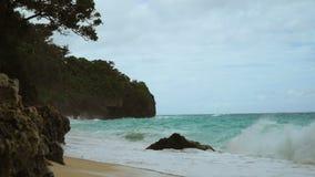 Belle plage sur l'île tropicale par temps orageux Île Philippines de Boracay banque de vidéos