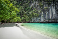 Belle plage sur une île thaïlandaise en baie de Phang Nga, Thaïlande Photos stock