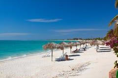 Belle plage tropicale à l'île des Caraïbes Photos stock
