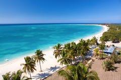 Belle plage tropicale à l'île des Caraïbes Photographie stock libre de droits