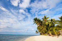 Belle plage tropicale à l'île exotique dans Pacifique Photos libres de droits