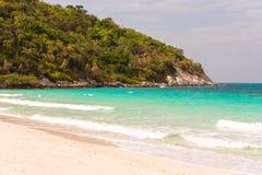 Belle plage tropicale avec l'eau de turquoise et les falaises claires, Pattaya, Thaïlande Ondes d'océan sur la plage Copiez l'esp Image stock