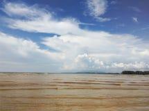 Belle plage tropicale avec le fond de ciel bleu Image stock