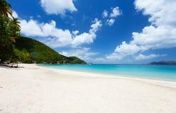 Belle plage tropicale chez les Caraïbe Image stock