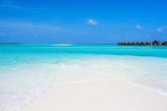 Belle plage tropicale chez les Maldives Photographie stock libre de droits