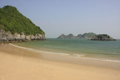 Belle plage vide, île de Ba de chat, compartiment de Halong, Image stock
