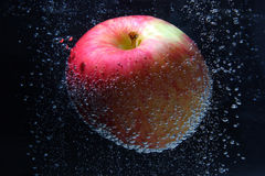 Belle pomme dans la bulle de l'eau Photographie stock libre de droits