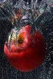 Belle pomme dans la bulle de l'eau Image libre de droits