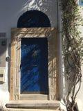 Belle porta, ombre e luce blu ornamentali, città di Sidi Bou Said, Nord Africa, Tunisia Immagini Stock Libere da Diritti