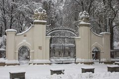 Belle porte à l'entrée au parc dans la ville d'Ivano-Frankivsk en hiver l'ukraine photo stock