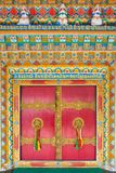 Belle porte con la maniglia di porta dorata nel monastero di Rumtek in Gangtok, India Immagini Stock