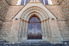 Belle porte d'une église antique Photographie stock