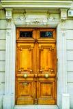 Belle porte en bois d'entrée française de bâtiment à Paris Photographie stock libre de droits