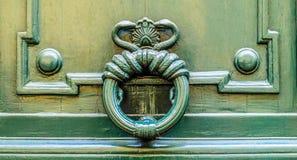 Belle porte en bois d'entrée française de bâtiment à Paris Image libre de droits