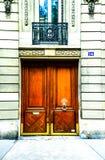 Belle porte en bois d'entrée française de bâtiment à Paris Photo libre de droits