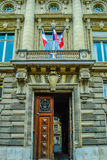 Belle porte en bois d'entrée française de bâtiment à Paris Image stock