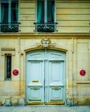 Belle porte en bois d'entrée française de bâtiment à Paris Images stock