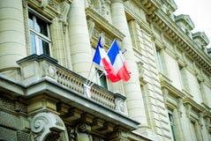 Belle porte en bois d'entrée française de bâtiment à Paris avec le drapeau des Frances Photographie stock libre de droits