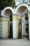 Belle porte et la voûte à l'entrée au parc photos stock