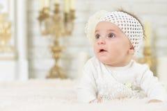Belle pose adorable mignonne de petite fille Photographie stock