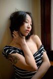 Belle pose asiatique sensuelle de femme réfléchie Image libre de droits