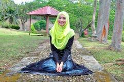 Belle pose de chemisier et de hijab d'usage de dame de muslimah Photographie stock libre de droits