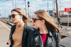Belle pose de femmes de mode Portrait urbain de mode de vie à la mode sur le fond de ville amie élégante dans des lunettes de sol Photo stock