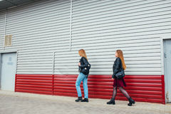 Belle pose de femmes de mode Portrait urbain de mode de vie à la mode sur le fond de ville amie élégante dans des lunettes de sol Images libres de droits
