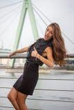 Belle pose de jeune femme Photo stock