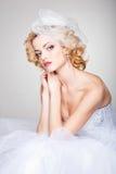 Belle pose de jeune mariée excessive dans le studio Image libre de droits