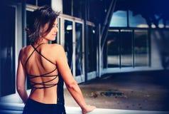 Belle pose della ragazza con il fondo della città Modo urbano, stile di vita Fotografia Stock Libera da Diritti