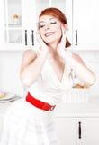 Belle pose heureuse de femme au foyer Photos libres de droits