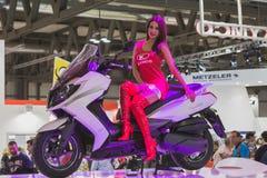 Belle pose modèle à EICMA 2014 à Milan, Italie Images stock