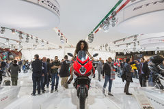 Belle pose modèle à EICMA 2014 à Milan, Italie Image libre de droits