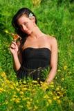 Belle pose modèle avec une fleur. Image stock