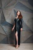Belle pose modèle dans la robe noire de luxe Image libre de droits