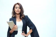 Belle position asiatique de femme de portrait, comprimé de prise Images libres de droits