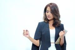 Belle position asiatique de femme de portrait, comprimé de prise Photos libres de droits