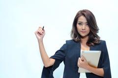 Belle position asiatique de femme de portrait, comprimé de prise Images stock