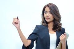 Belle position asiatique de femme de portrait, comprimé de prise Photographie stock libre de droits