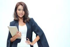 Belle position asiatique de femme de portrait, comprimé de prise Photo stock