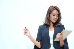 Belle position asiatique de femme de portrait, comprimé de prise Photos stock